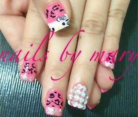 Ideas para decorar uñas Hello Kitty brillos
